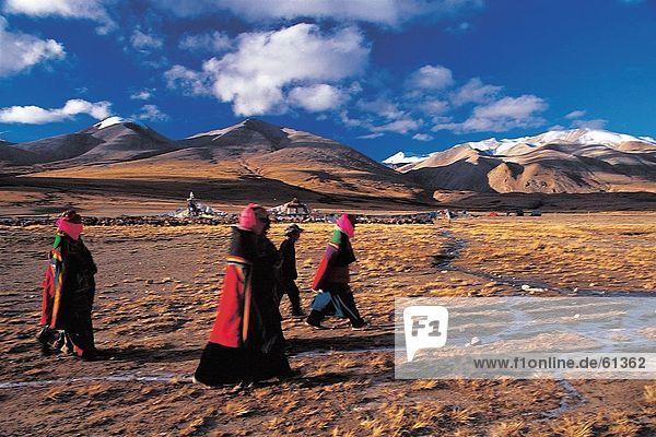 China  Tibet  Ngari  Menschen zu Fuß von Berg