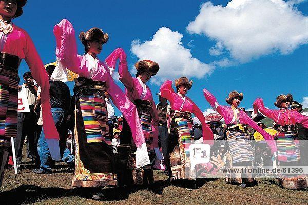 China  Tibetisch  Frauen tanzen in Kostüm