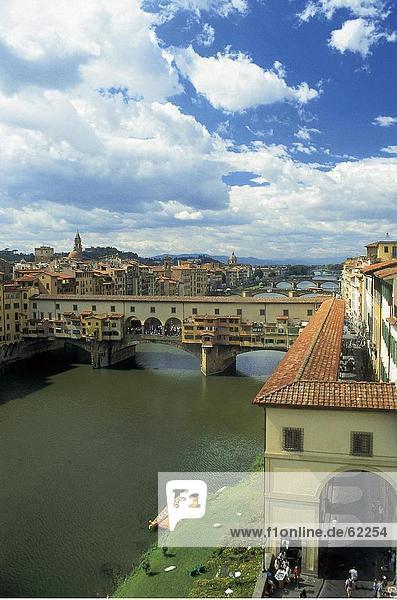 Erhöhte Ansicht Brücke über Fluss  Ponte Vecchio  Toskana  Italien  Europa
