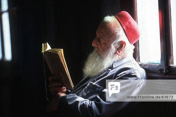 Nahaufnahme des senior Rabbi religiöse Buch zu lesen