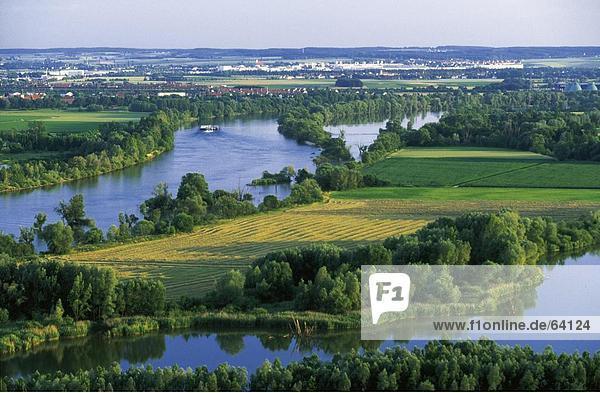 Erhöhte Ansicht der Fluss in Feld  Donau  Regensburg  Deutschland Erhöhte Ansicht der Fluss in Feld, Donau, Regensburg, Deutschland