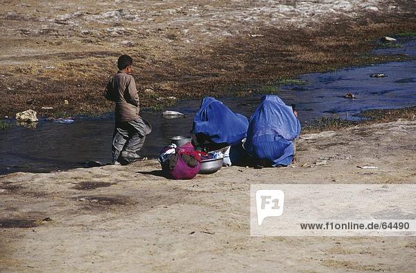 Frau und Boy am Flußufer  Kabul  Afghanistan