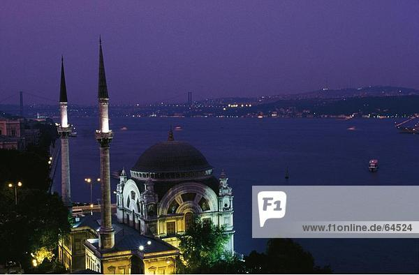 Erhöhte Ansicht der Moschee beleuchtet nachts  Dolmabahce Moschee  Istanbul  Türkei