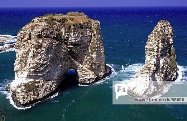 hoch oben Felsbrocken Meer Anordnung Ansicht Flachwinkelansicht Winkel Beirut Libanon
