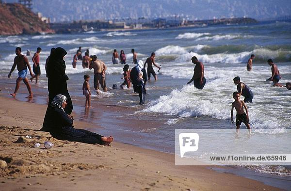 Menschen am Strand  Beirut  Libanon