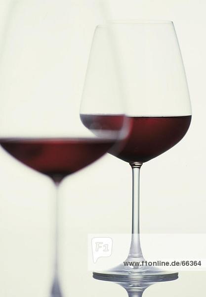 Nahaufnahme zwei Gläser Rotwein Nahaufnahme zwei Gläser Rotwein