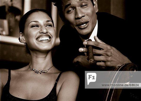 Lächelndes Paar mit Zigarre