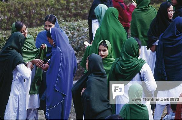 Menschenbei Badshahi Moschee  Lahore  Pakistan