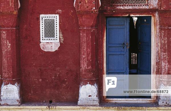Wohnhaus offen Tür streichen streicht streichend anstreichen anstreichend rot Lahore Pakistan