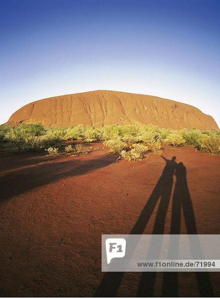 10205552  2 Personen  Australien  Ei Händlers Rock  Rock  Morgenstimmung  Northern Territories  shades