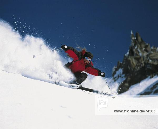 Frau  Sport  Skisport  Ski  Vitalität  Skiabfahrt  Abfahrt  Spaß  Scherz  Wintersport