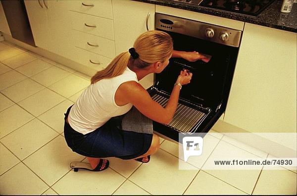 Backen Im Küchenofen : Backen blond frau hausfrau haushalt kochen küche ofen