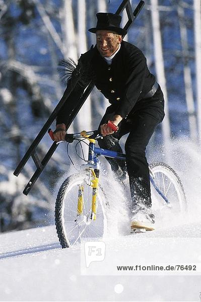 10644428  arbeiten Kleidung  Beruf  Beruf  Berufe  Berufe  gehen  Fahrrad  Fahrrad  Hut  Schornsteinfeger  Führer  la
