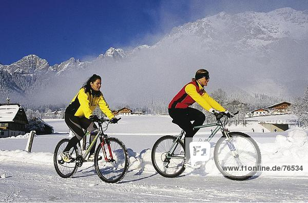 Landschaftlich schön landschaftlich reizvoll Freizeit Berg Wohnhaus Sport Gebäude Fahrrad Rad gehen Alpen lachen Freizeit