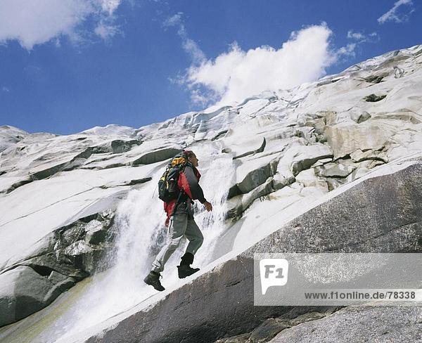 Bergsteigen Felsbrocken Europa Frau Sport Steilküste Schweiz Kanton Wallis