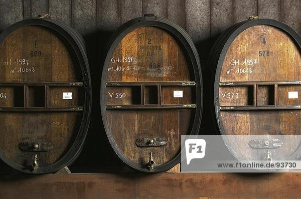 Weinfass Fässer im Keller  Cognac  Frankreich