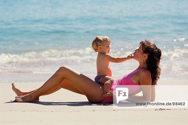Familie. Mutter & Baby. Strand. Bademode