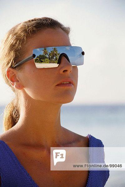 Frau. Strand. Sonnenbrille