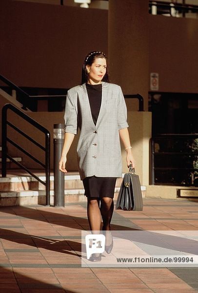 & Business-Berufe. Executive. Stadt. Frauen. Aktenkoffer