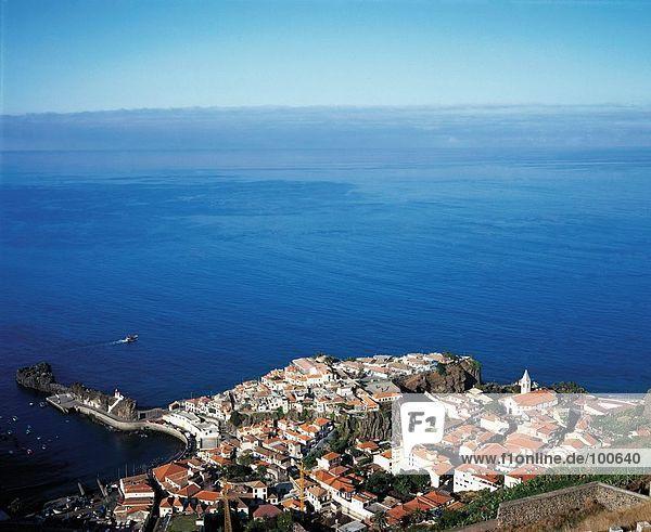 Gebäude Küste Ansicht Luftbild Fernsehantenne Camara de Lobos Madeira Portugal