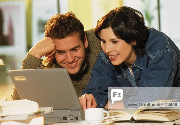 Paar am Computer