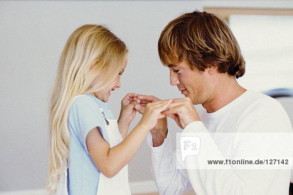 Mädchen spielt mit ihrem Vater
