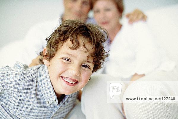 Smiley Junge mit Großeltern