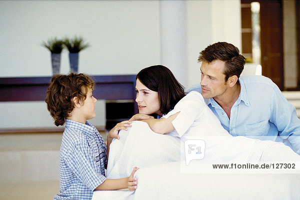 Junges Paar zu Hause mit Sohn