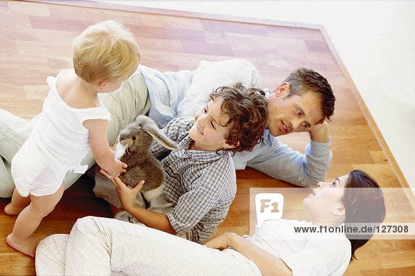 Kinder spielen  während die Eltern reden