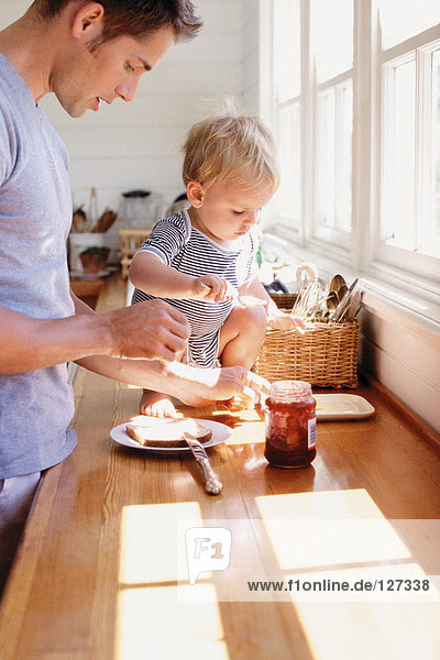 Vater und Kind beim Frühstücken Vater und Kind beim Frühstücken