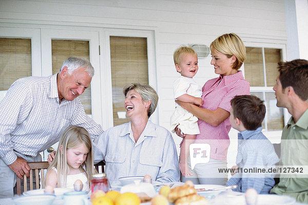 Drei Generationen einer Familie beim gemeinsamen Essen