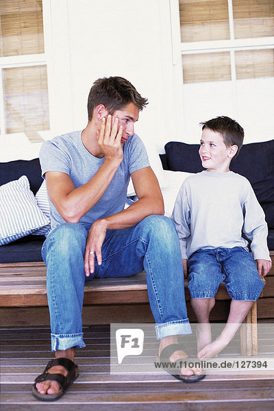 Vater und Sohn beim Plaudern