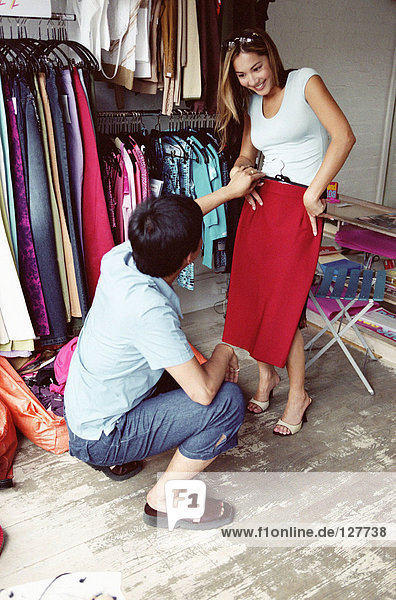 Paar im Bekleidungsgeschäft