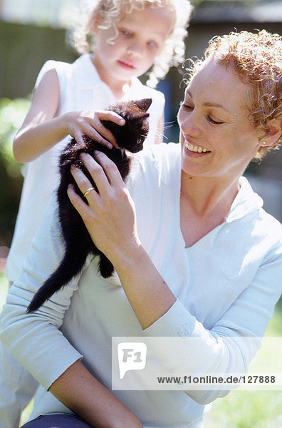 Mutter und Tochter mit Katze