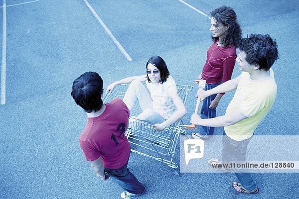 Jugendliche mit Einkaufswagen