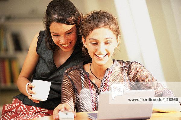 Frauen  die einen Laptop benutzen