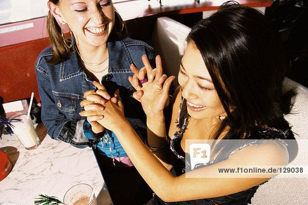 Teenager-Mädchen saßen im Diner.