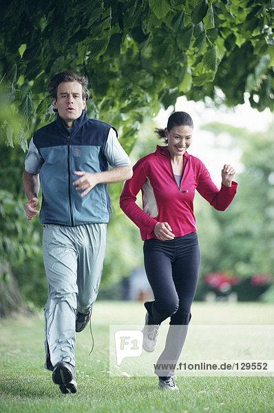Paar läuft