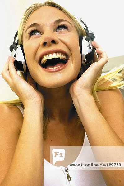 Mädchen hört Musik
