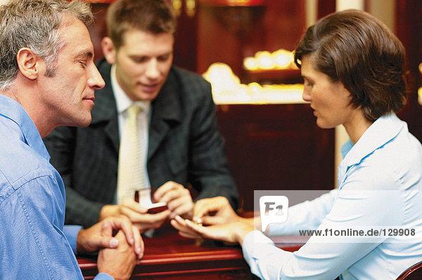 Frau  die den Ring anprobiert