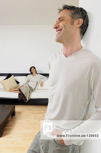 Mann und Frau im Wohnzimmer