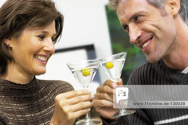 Mann und Frau beim Cocktail