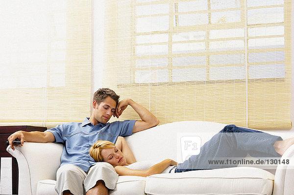 Paar auf dem Sofa liegend