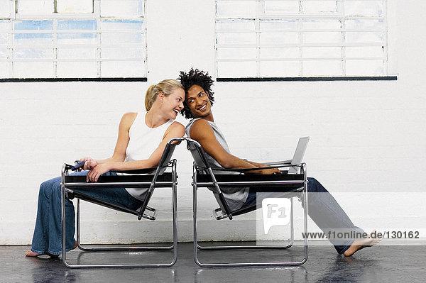 Paar spielt auf Stühlen
