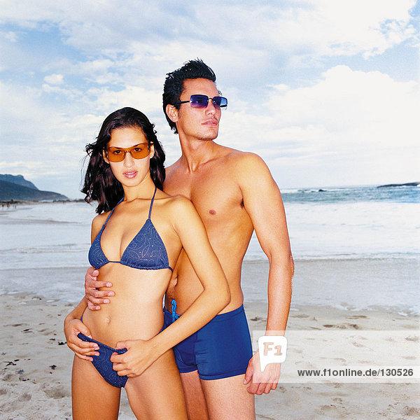 Mann und Frau am Strand