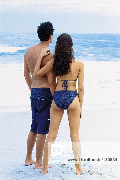 Romantischer Mann und Frau am Strand