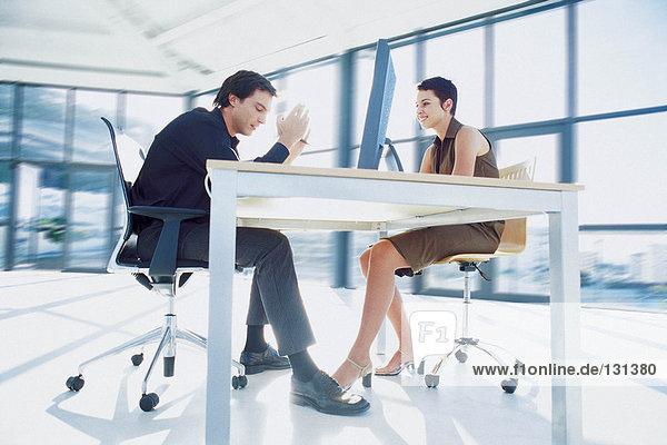 Geschäftsmann und Geschäftsfrau in der Sitzung