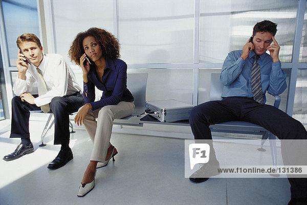 Geschäftsleute  die ihr Handy benutzen