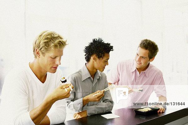 Männer essen in der Sushi-Bar