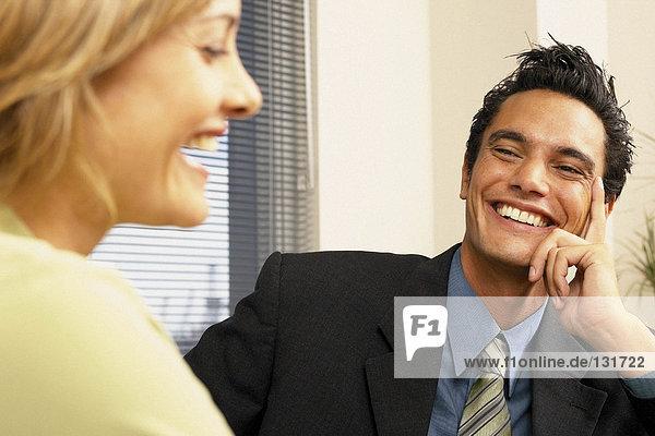 Geschäftsmann und Geschäftsfrau beim Flirten